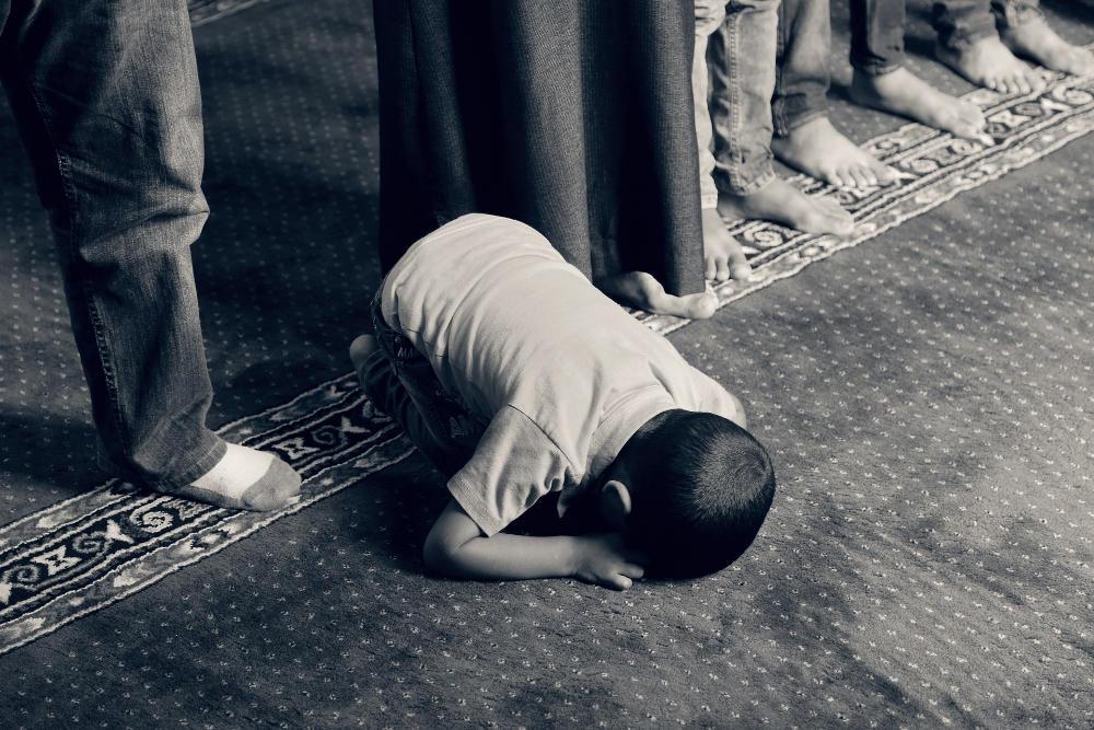 Seorang anak kecil sholat