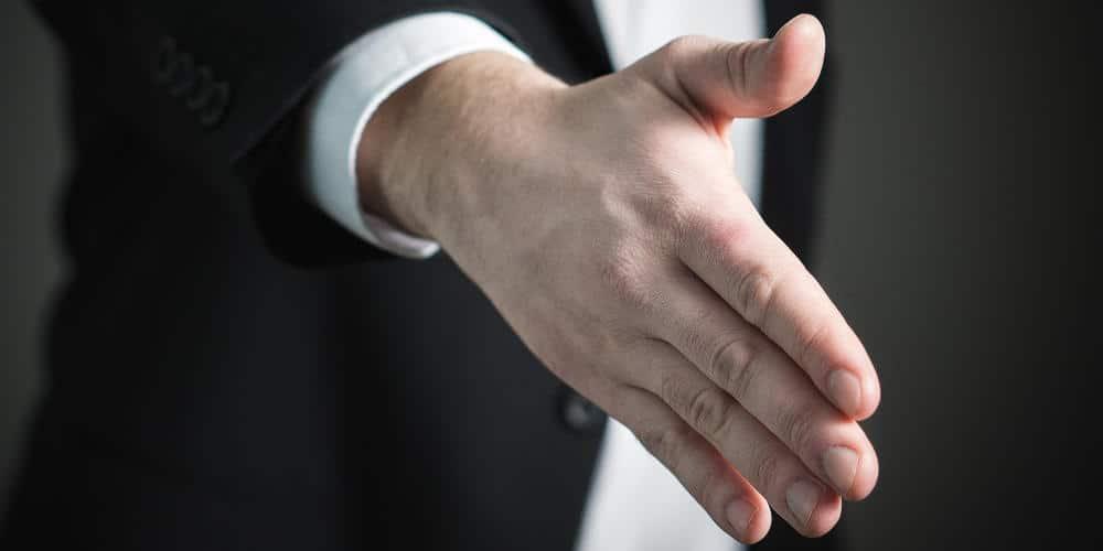 Apakah Diperbolehkan Bersalaman Dengan Kakak Ipar?